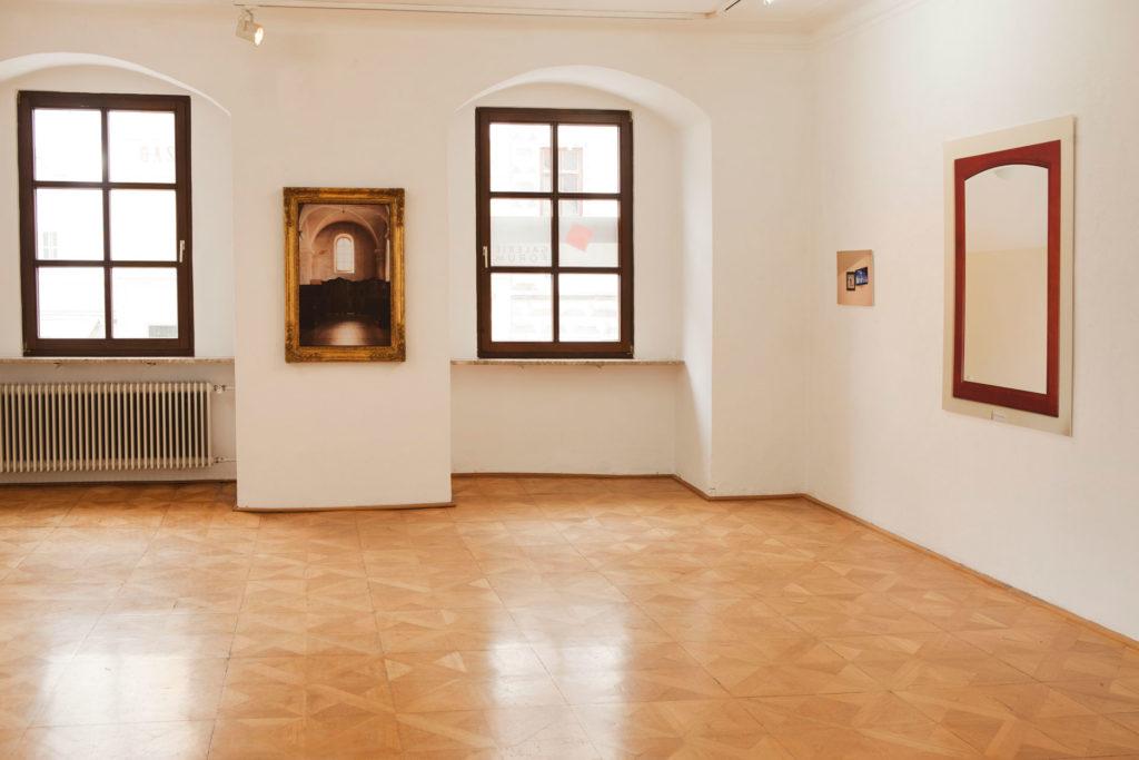 Ausstellungsansicht sub rosa in der Galerie Forum Wels Renate Billensteiner