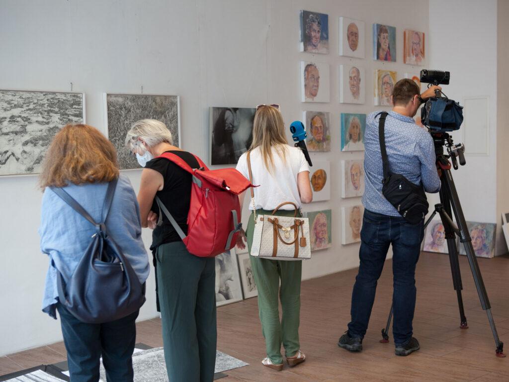 Rundgang Porträts mit Ausstellung Kollaterale Wels temporäres Atelier Renate Billensteiner und Gerhard Brandl 4