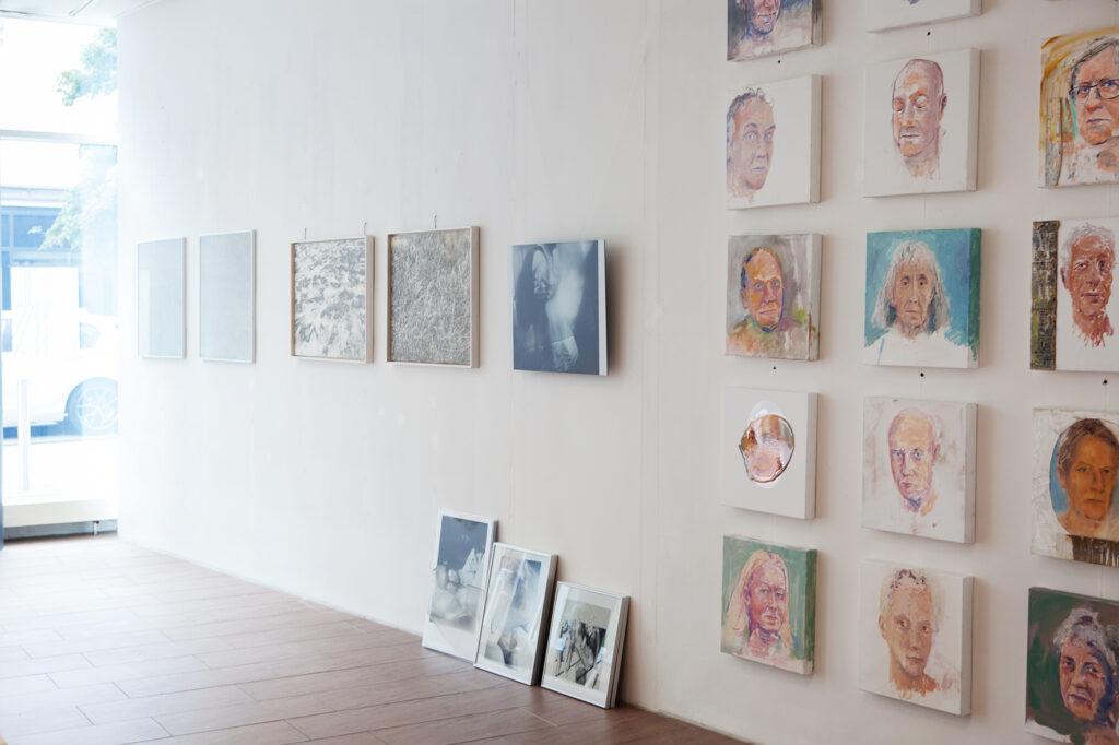 Rundgang Porträts mit Ausstellung Kollaterale Wels temporäres Atelier Renate Billensteiner und Gerhard Brandl 3