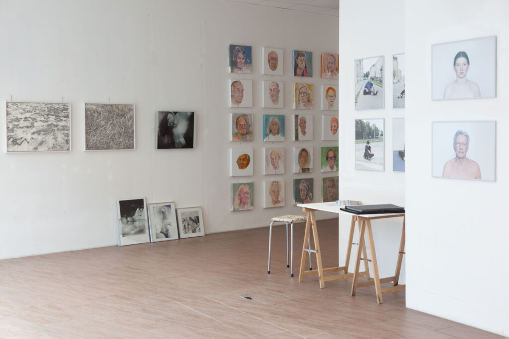 Rundgang Porträts mit Ausstellung Kollaterale Wels temporäres Atelier Renate Billensteiner und Gerhard Brandl 9